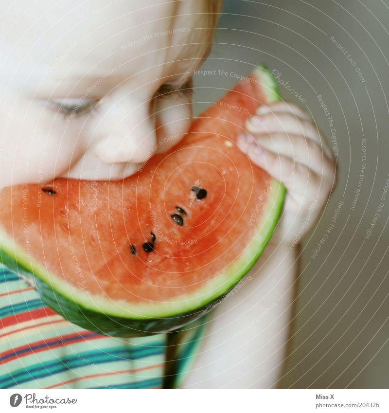 Warum ist mein Mund nur so klein Lebensmittel Frucht Ernährung Essen Bioprodukte Vegetarische Ernährung Kind Kleinkind Kindheit 1-3 Jahre frisch Gesundheit groß