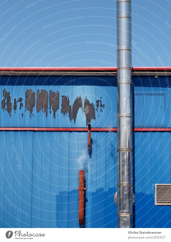 Exhausted Blue (HH AST 5/10) Belüftung Luft Rauch weiß blau Hütte Farbe Holzhütte Holzbrett Fassade Anstrich Kamin Ofenrohr Gitter Himmel Abluft Rost Fleck