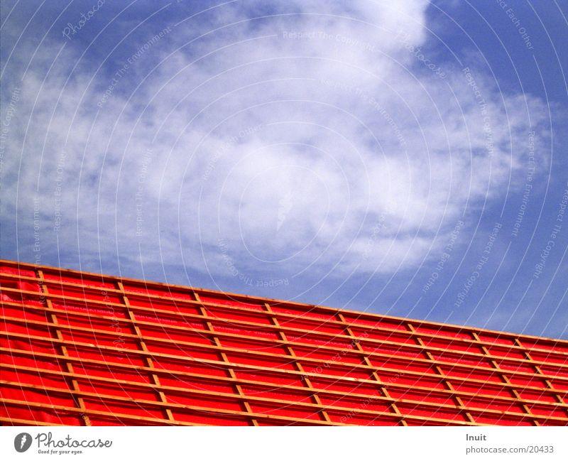 Dach Himmel blau rot Wolken Architektur Baugerüst
