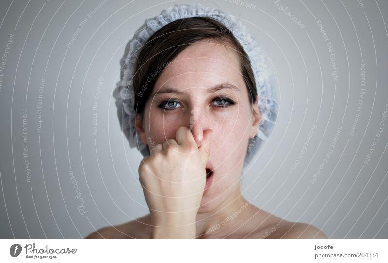 pack die Badehose ein... feminin Junge Frau Jugendliche Erwachsene Gesicht 18-30 Jahre tauchen trashig weiß Luftholen Hand Farbfoto Gedeckte Farben