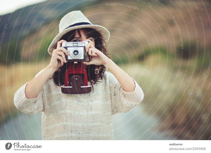 Lächelndes Mädchen mit Kamera auf dem Gebiet Mensch Frau Ferien & Urlaub & Reisen Jugendliche Junge Frau Sommer Freude Erwachsene Lifestyle Glück Freiheit