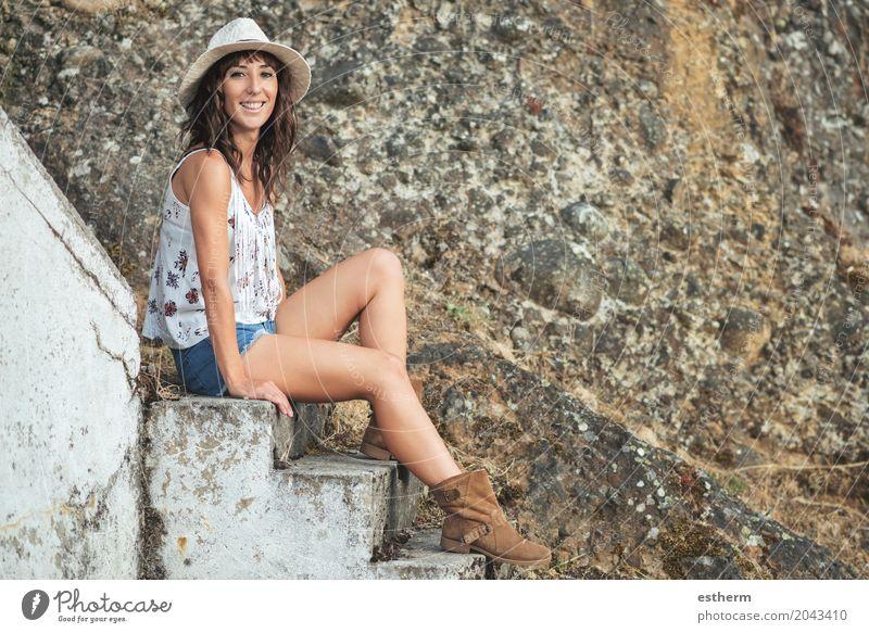 Lächelndes Mädchen, das auf Treppen sitzt Mensch Frau Ferien & Urlaub & Reisen Jugendliche Junge Frau Sommer Freude Erwachsene Leben Lifestyle Gefühle