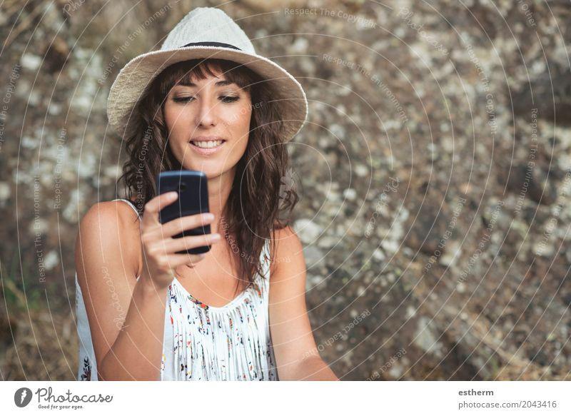 junge Frau mit Smartphone Mensch Ferien & Urlaub & Reisen Jugendliche Junge Frau Erwachsene Lifestyle Stimmung Körper Technik & Technologie Fröhlichkeit