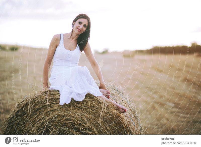 Lächelndes Mädchen, das auf dem Stroh sitzt Lifestyle elegant Stil Mensch feminin Junge Frau Jugendliche Erwachsene 1 30-45 Jahre Landschaft Wiese Feld Mode