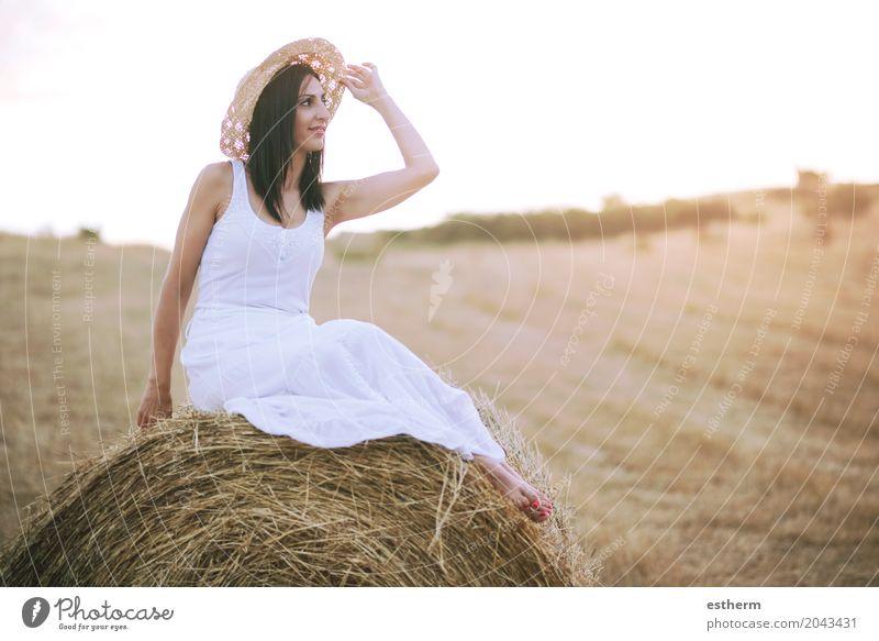 Lächelndes Mädchen, das auf dem Stroh sitzt Lifestyle elegant Stil schön Mensch Junge Frau Jugendliche Erwachsene Körper 1 30-45 Jahre Natur Landschaft Wiese