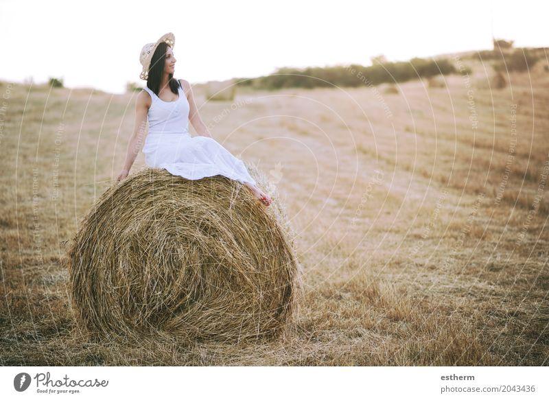 Lächelndes Mädchen, das auf dem Stroh sitzt Lifestyle elegant Stil schön Sommer Sommerurlaub Mensch feminin Junge Frau Jugendliche Erwachsene Körper 1