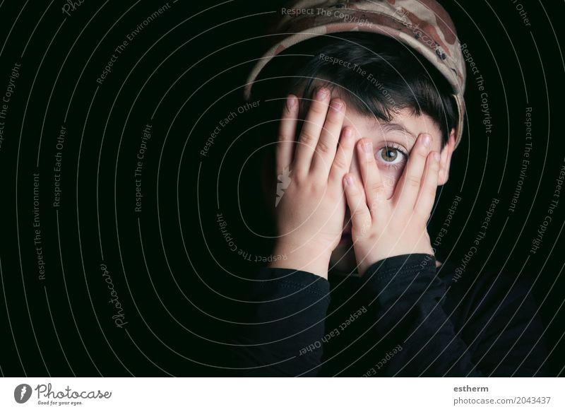 Erschrockener Junge auf schwarzem Hintergrund Mensch Kind Einsamkeit Auge Traurigkeit Gefühle Kopf Angst Kindheit trist bedrohlich Neugier Trauer Stress