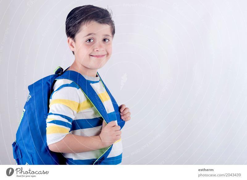 Portrait des lächelnden Schülers mit Rucksack Lifestyle Freude Kindererziehung Bildung Schule lernen Student Mensch Junge Kindheit Körper 1 3-8 Jahre Tasche