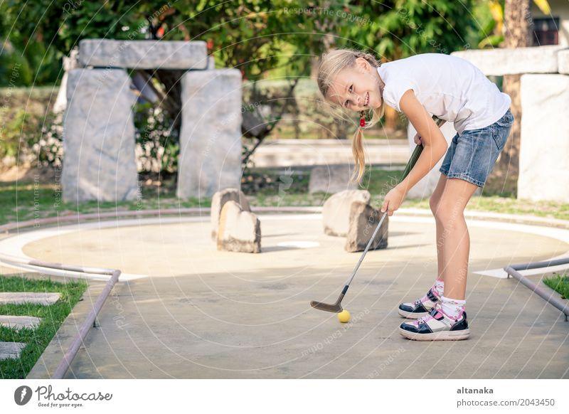 Kleines Mädchen, das Minigolfclub schwingt Lifestyle Freude Glück Gesicht Erholung Freizeit & Hobby Spielen Ferien & Urlaub & Reisen Freiheit Sommer Club Disco