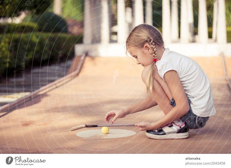 Kleines Mädchen, das Minigolfclub schwingt Mensch Kind Ferien & Urlaub & Reisen Sommer Erholung Freude Gesicht Lifestyle Sport Spielen klein Glück Freiheit