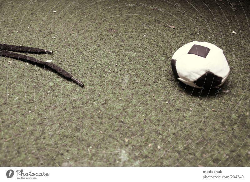 halbzeit Sport Fußball ästhetisch Ball Ziel trashig bizarr Schuhe Verlierer Mensch Ballsport Schuhbänder Abpfiff
