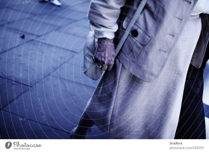 ..behind you Frau Hand blau Tasche Textfreiraum links Handtasche Weiblicher Senior
