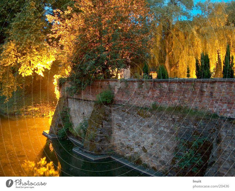Burgmauer Wasser Brücke Scheinwerfer Schlossgraben