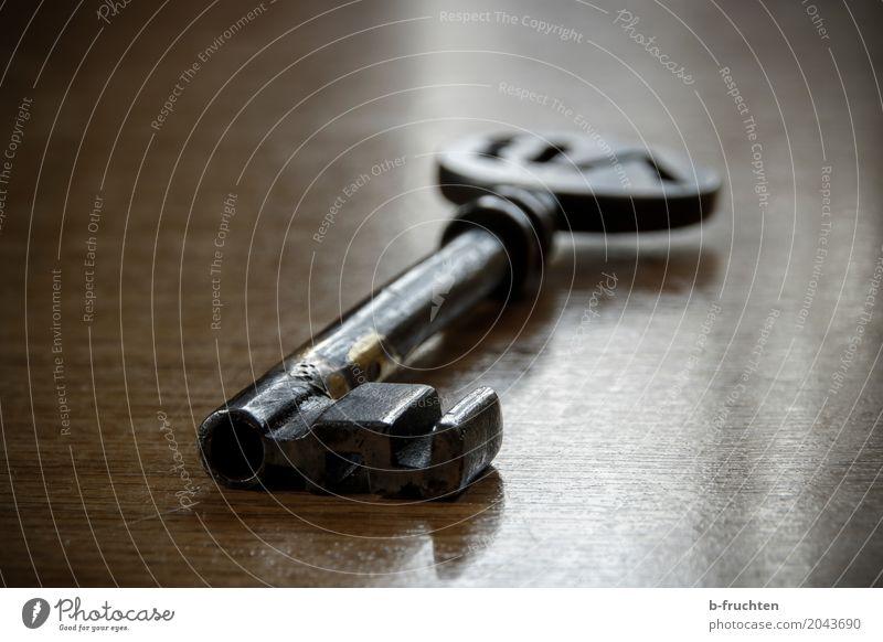 Schlüsselgeheimnis ruhig Tisch Metall liegen alt historisch retro braun Sicherheit Verschwiegenheit Glaube geheimnisvoll Neugier Nostalgie Vergangenheit warten