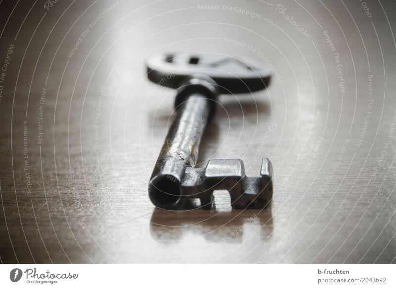 Schlüssel Ruine warten ruhig geheimnisvoll Metall Eisen alt liegen Tisch Schloss Eisenschlüssel Vergangenheit aufmachen geschlossen aufsperren verloren