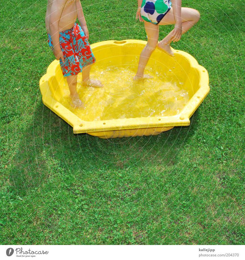 platzverweis Kind Wasser Mädchen Ferien & Urlaub & Reisen Sommer Freude gelb Spielen Junge Garten Wärme Beine Fuß Kindheit Freizeit & Hobby Haut