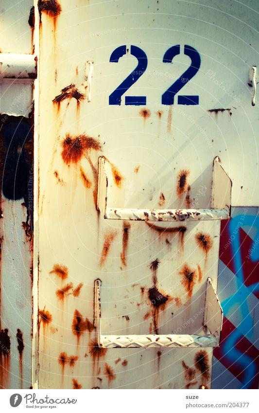 22 Container Metall Ziffern & Zahlen alt eckig weiß Ordnung Schnapszahl paarweise zählen Mathematik Industriefotografie flach graphisch Grafik u. Illustration