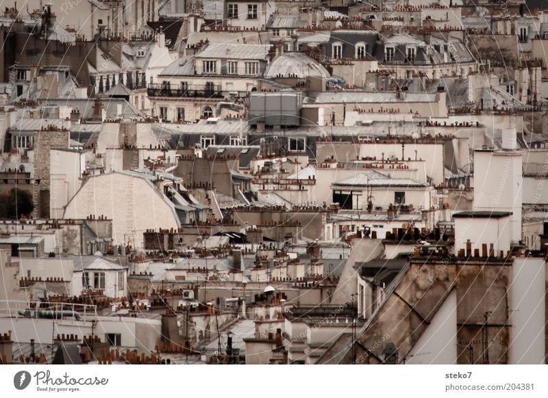 Dachgeschoß Paris Frankreich Stadt Hauptstadt Schornstein Dachterrasse trist eng Nachbarhaus Gedeckte Farben Außenaufnahme Menschenleer Tag Städtereise