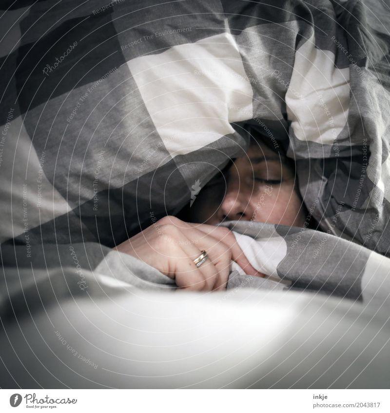 *snrch* Mensch Frau Hand Erholung ruhig Gesicht Erwachsene Leben Lifestyle Gefühle Stimmung 45-60 Jahre Erfolg schlafen Schutz Bettwäsche