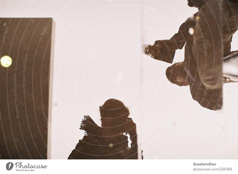 Was ist denn hier los? Mensch Fotokamera Farbfoto Außenaufnahme Licht Reflexion & Spiegelung Schwache Tiefenschärfe Spiegelbild Fotografie Fotografieren
