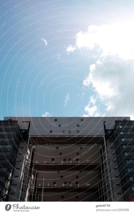Studentenheim I Himmel weiß Sonne blau Haus Wolken Wand grau Mauer Gebäude Architektur Hochhaus Fassade Brücke modern