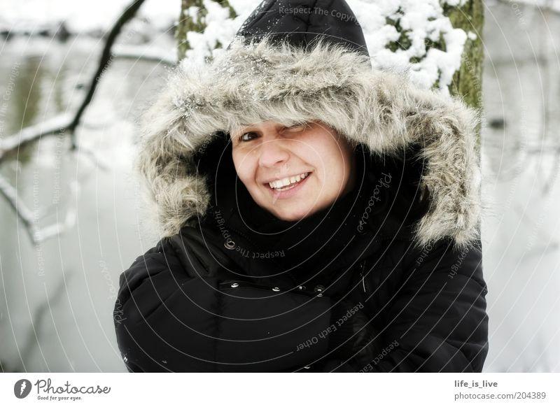 jetzt müssen wir uns warm anziehen Junge Frau Jugendliche 1 Mensch Winter Schnee Fell Lächeln frech Fröhlichkeit schön kalt feminin Sympathie Farbfoto