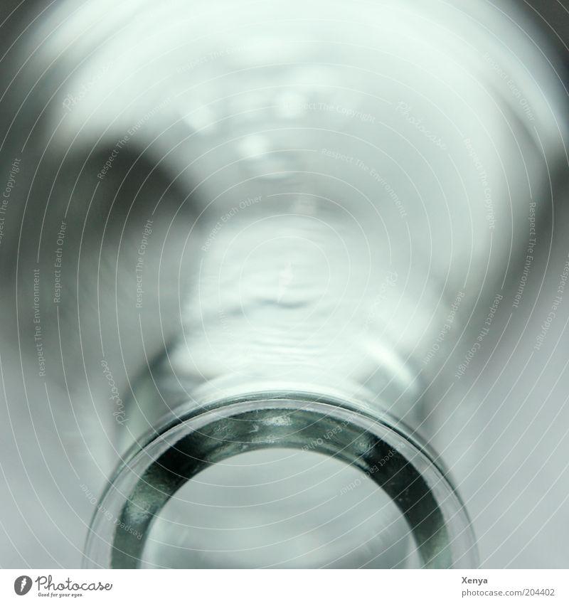 Flasche trinken Trinkwasser Glas kalt ästhetisch Flaschenhals Gedeckte Farben Nahaufnahme Schwache Tiefenschärfe deutlich Textfreiraum oben