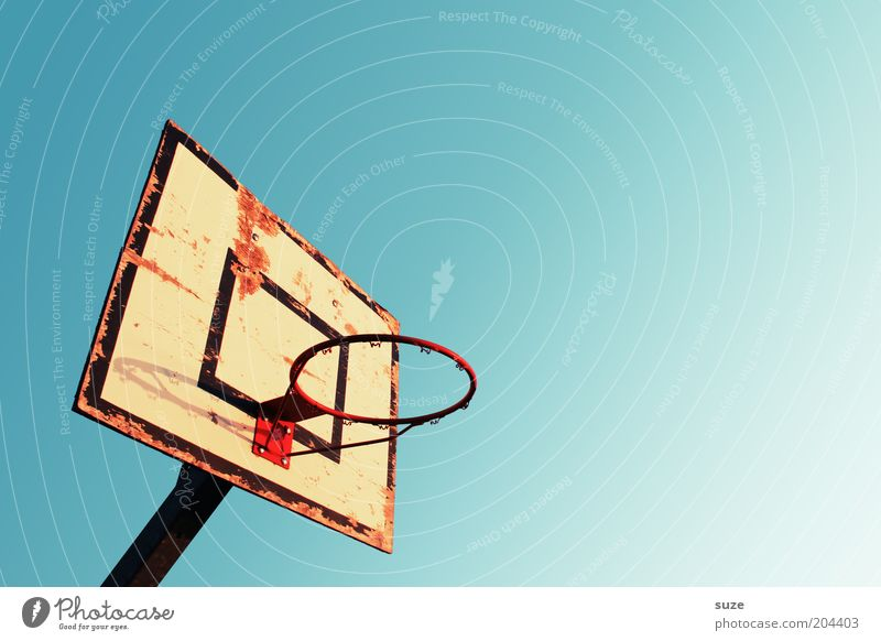 Ohne Netz und Boden Himmel alt Einsamkeit Sport Freizeit & Hobby leer kaputt Schönes Wetter Korb Wolkenloser Himmel Basketball Basketballkorb Ballsport