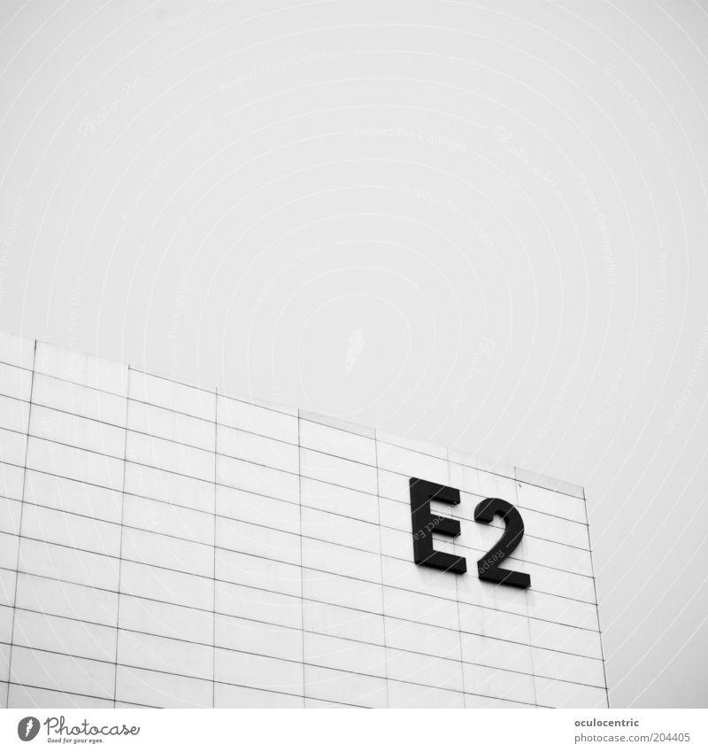 E2 Architektur alt Himmel Linie Rechteck einfach Halle grau Schwarzweißfoto Außenaufnahme Menschenleer Textfreiraum oben Tag Licht Sonnenlicht Messehalle Raster