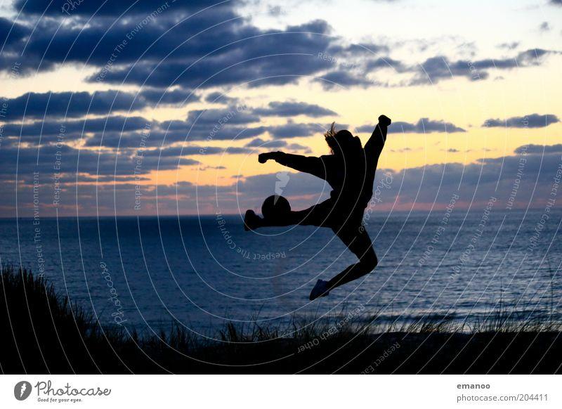 weltmeisterlich Mensch Jugendliche blau Meer Sommer Strand Freude schwarz Erwachsene Freiheit Bewegung springen Küste Wellen Freizeit & Hobby Fußball