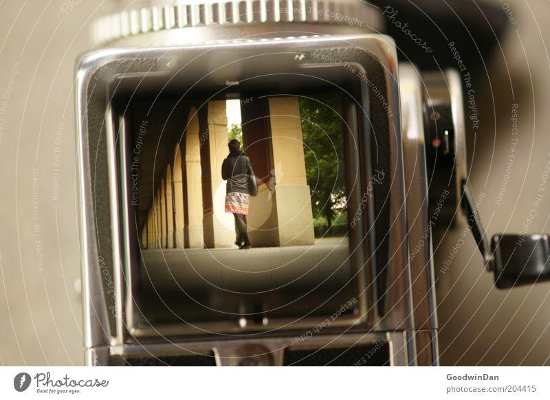 Durch die Hasselblad Mensch Jugendliche schön feminin Gefühle Bewegung Stimmung Fotografie warten authentisch Fotokamera beobachten außergewöhnlich Gelassenheit