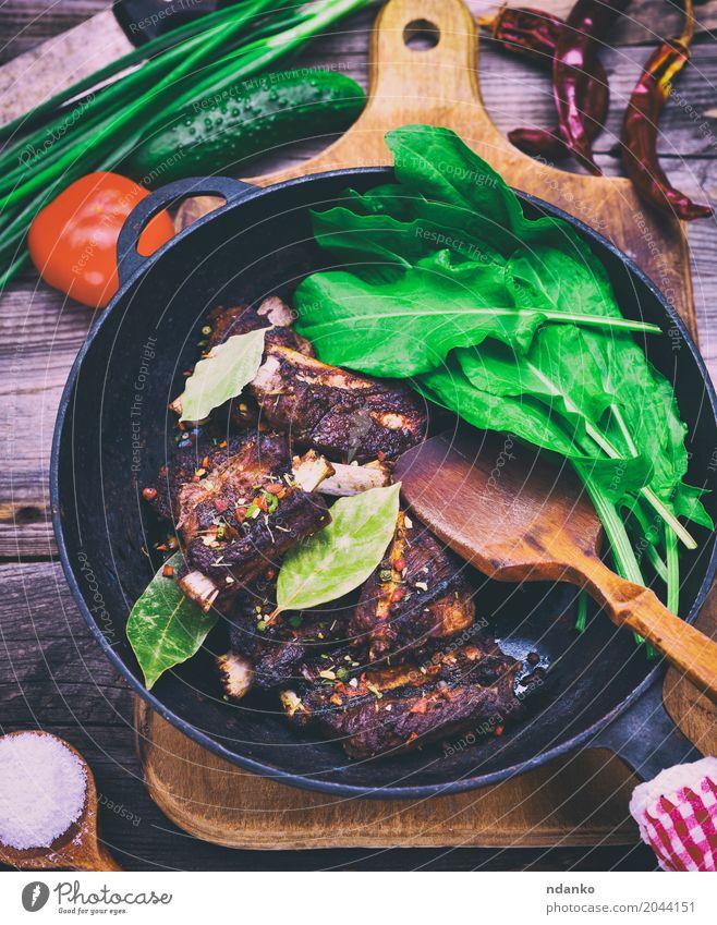 Gekocht in Gewürzen Schweinerippchen grün rot schwarz Holz frisch Tisch Kräuter & Gewürze Küche kochen & garen lecker Gemüse Fleisch Top Tomate Salatbeilage