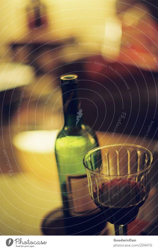 auch ein Glas? schön alt dunkel Erholung Wärme Stimmung Glas Glas offen Weinflasche Weinglas Duft Flasche genießen gemütlich Wein