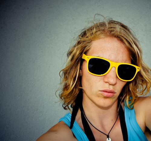 Strandbad-bekanntschaft. Lifestyle feminin Junge Frau Jugendliche Kopf Haare & Frisuren Gesicht 18-30 Jahre Erwachsene Sonnenbrille Halskette blond Locken