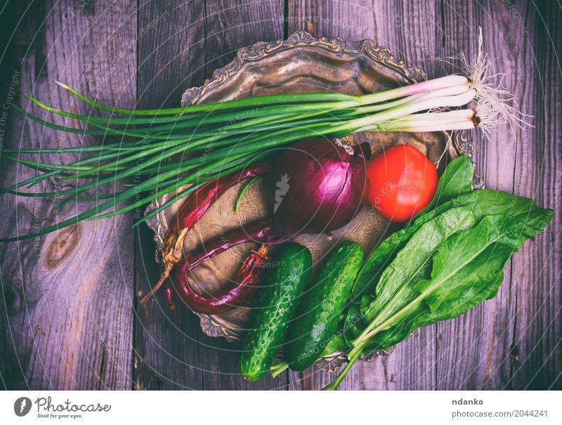 Frisches Gemüse auf einer Eisenkupferplatte Lebensmittel Ernährung Vegetarische Ernährung Diät Geschirr Teller Küche Essen frisch natürlich grau grün rot Tomate