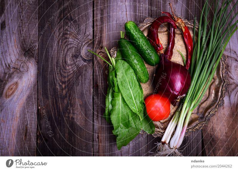 Frisches Gemüse auf einer Eisenkupferplatte Lebensmittel Ernährung Vegetarische Ernährung Diät Teller Tisch Küche Essen frisch natürlich oben grau grün rot