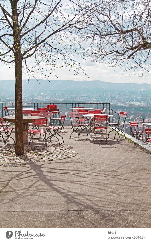 Leerer, geschlossener Biergarten mit schöner Aussicht und Baum. Freizeit & Hobby Ferien & Urlaub & Reisen Tourismus Ausflug Sommer Sitzgelegenheit Gastronomie