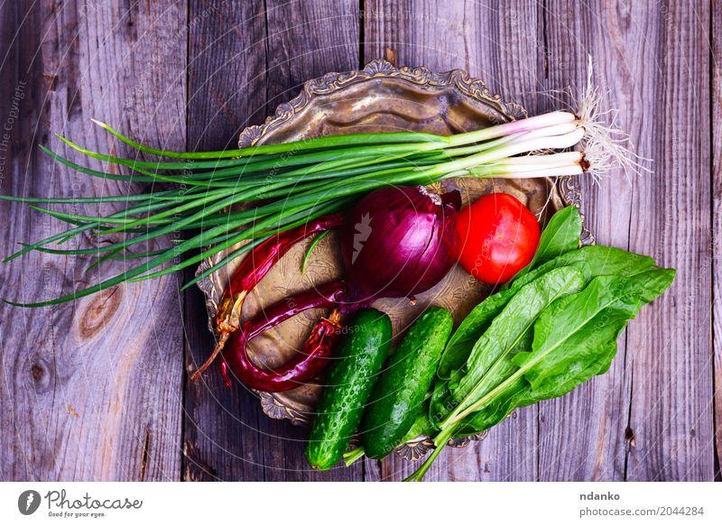 Frisches Gemüse auf einer Eisenkupferplatte Lebensmittel Ernährung Vegetarische Ernährung Diät Teller Küche Essen frisch lecker natürlich grau grün rot Tomate