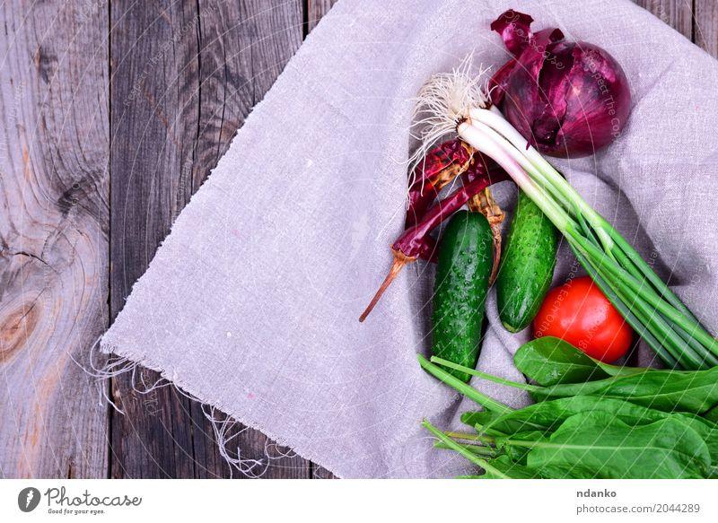 Frisches Gemüse Lebensmittel Ernährung Vegetarische Ernährung Diät Tisch Küche Holz frisch natürlich grau grün rot Gesundheitswesen Tomate Salatgurke Zwiebeln