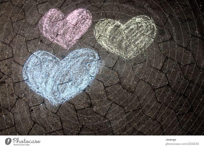 In Love Zeichen Herz Liebe authentisch blau gelb rot Gefühle Sympathie Verliebtheit Treue Boden Textfreiraum 3 Farbfoto Nahaufnahme Vogelperspektive herzförmig