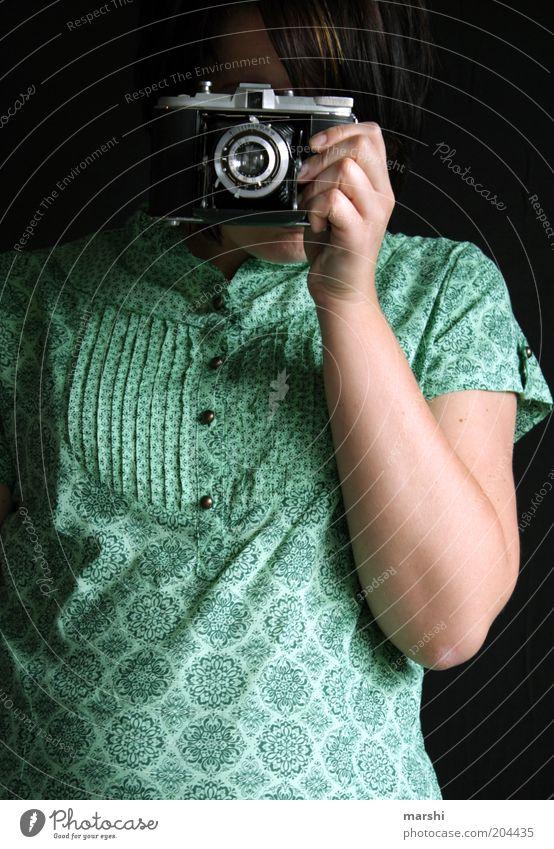 Klick Klick Stil Freizeit & Hobby Mensch feminin Frau Erwachsene 1 Künstler alt Stimmung Fotokamera Fotograf Fotografie Fotografieren analog Bluse grün Muster