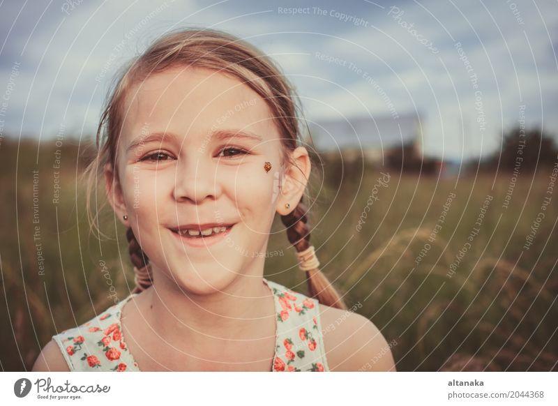 Porträt eines schönen jungen Mädchens im Park zur Tageszeit Mensch Kind Frau Natur Sommer grün Sonne Freude Gesicht Erwachsene Lifestyle Gefühle Wiese Gras