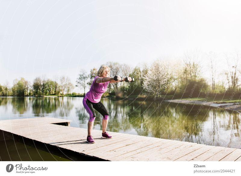 squats Freizeit & Hobby Sport Fitness Sport-Training feminin Weiblicher Senior Frau 60 und älter Natur Landschaft Sommer Schönes Wetter Seeufer Steg