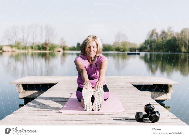 stretching Frau Natur Sommer schön Sonne Landschaft Erholung ruhig Erwachsene Senior Gesundheit Sport feminin Freizeit & Hobby Zufriedenheit blond