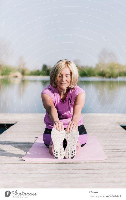 stretching Lifestyle Freizeit & Hobby Fitness Sport-Training Dehnübung Yoga Weiblicher Senior Frau 60 und älter Landschaft Sommer Schönes Wetter Seeufer Steg