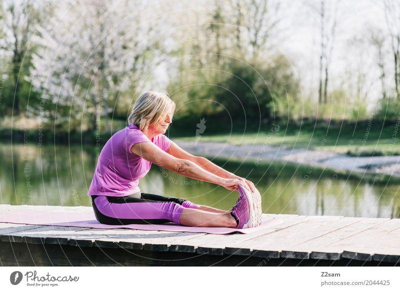 stretching Frau Natur alt Sommer schön Erholung ruhig Senior Gesundheit Sport feminin See Freizeit & Hobby blond Kraft sitzen
