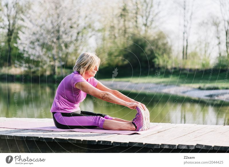 stretching Freizeit & Hobby Sport Fitness Sport-Training Yoga feminin Weiblicher Senior Frau 60 und älter Natur Sommer Schönes Wetter Sträucher Seeufer