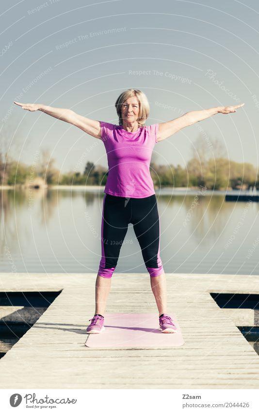OHMMMM! Freizeit & Hobby Sport Fitness Sport-Training Yoga feminin Weiblicher Senior Frau 60 und älter Natur Landschaft Sommer Schönes Wetter Seeufer Steg