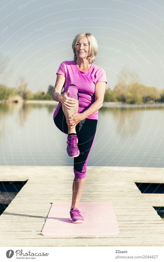 stretching Lifestyle Freizeit & Hobby Sport Fitness Sport-Training Yoga Dehnübung Weiblicher Senior Frau 60 und älter Natur Landschaft Sommer Schönes Wetter