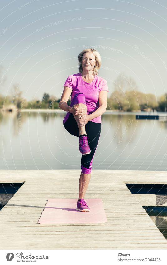 stretching Freizeit & Hobby Sport Fitness Sport-Training feminin Weiblicher Senior Frau 60 und älter Natur Landschaft Sommer Schönes Wetter Seeufer Turnschuh